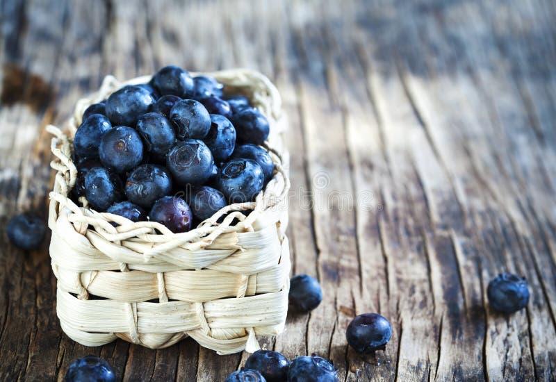 Uvas-do-monte frescas na cesta imagem de stock