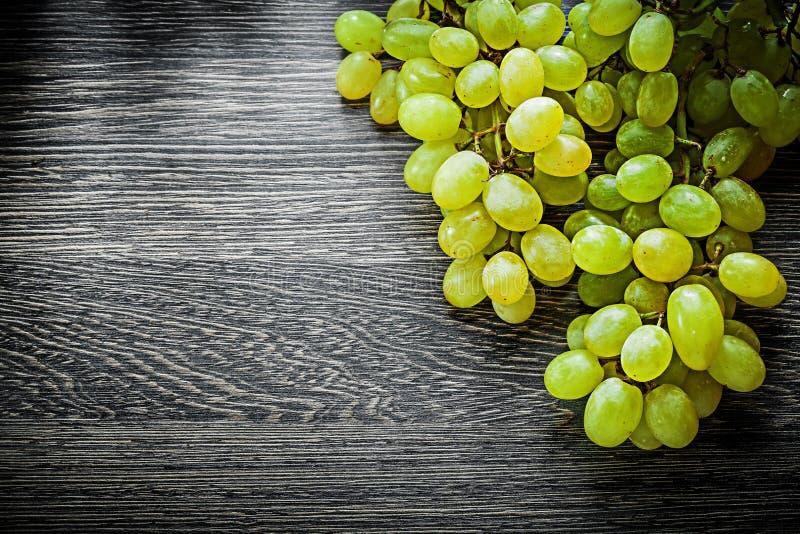 Uvas dulces en concepto de la comida del tablero de madera fotografía de archivo libre de regalías
