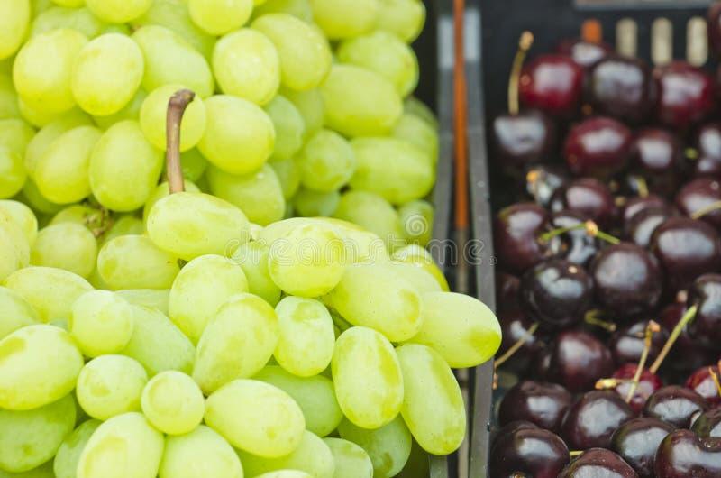 Uvas e cerejas foto de stock