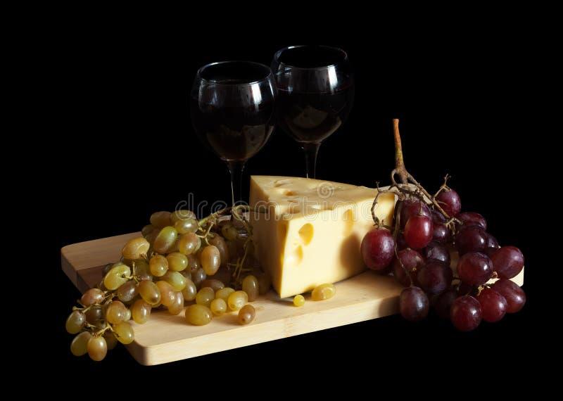 Uvas e queijo com vidros imagens de stock royalty free