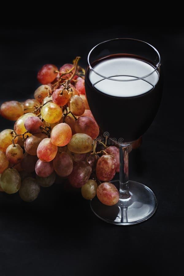 Uvas e vinho vermelho acima da vista imagem de stock royalty free