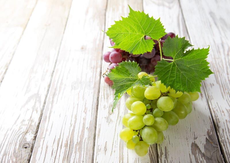 Uvas en la tabla de madera imagen de archivo libre de regalías