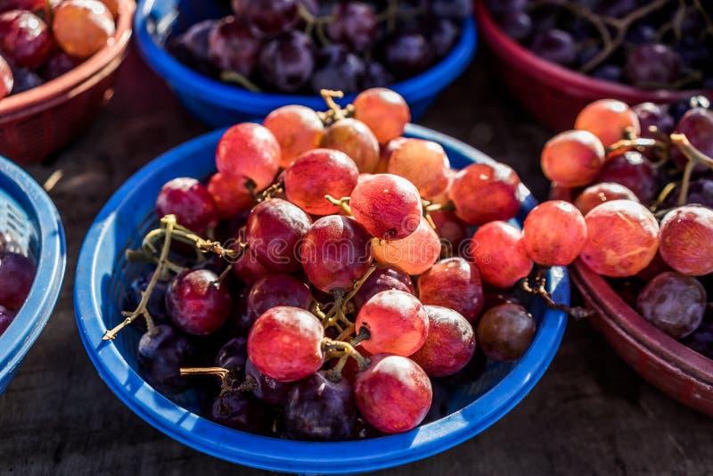 Uvas frescas em mini cestas imagens de stock