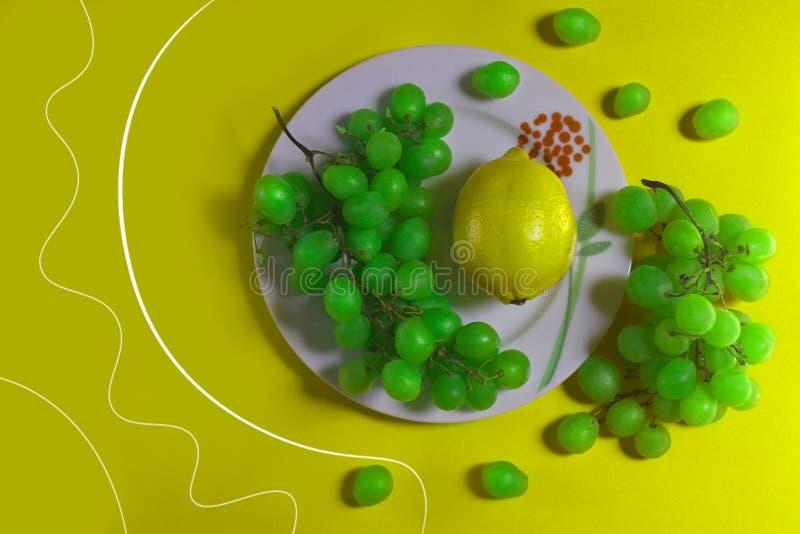 Uvas frutados e limão imagens de stock
