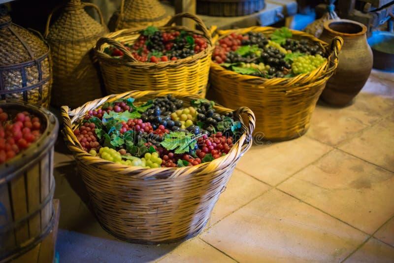 Uvas na adega de vinho no monastério foto de stock