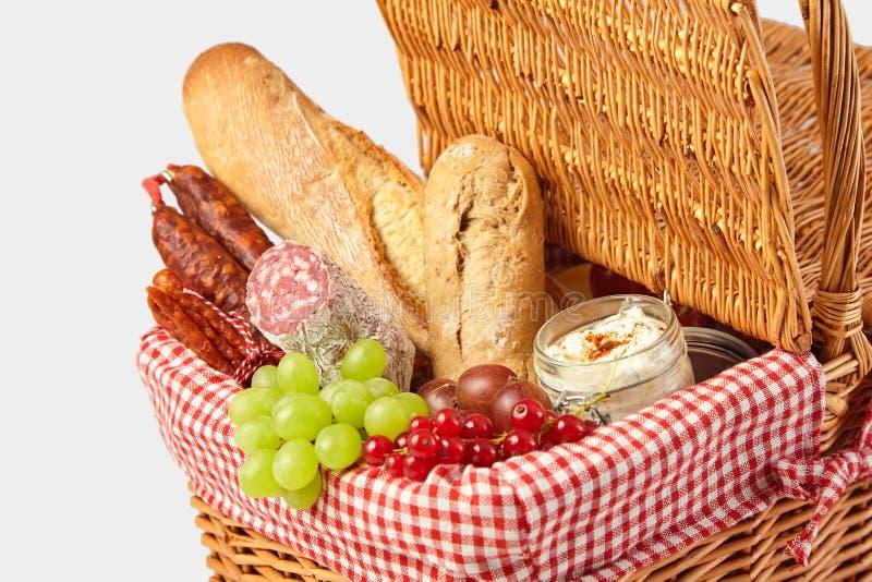 Uvas, pasa roja, salami y pan para una comida campestre foto de archivo libre de regalías