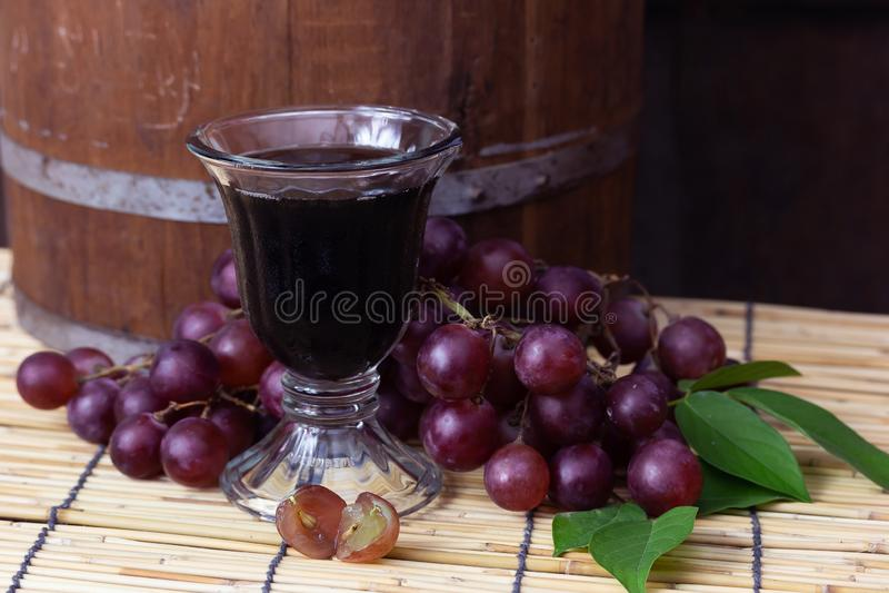 Uvas roxas com suco de uva fotos de stock royalty free