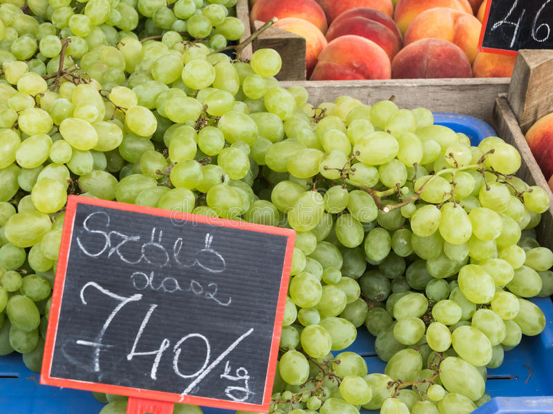 Uvas verdes em um mercado imagens de stock royalty free