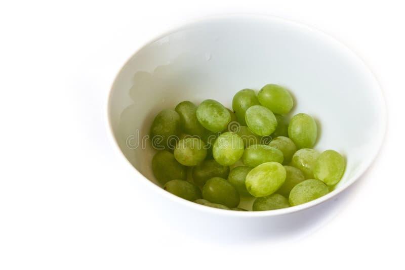 Uvas verdes en el cuenco fotos de archivo