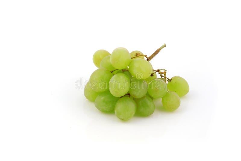 Uvas verdes isoladas no fundo branco imagens de stock