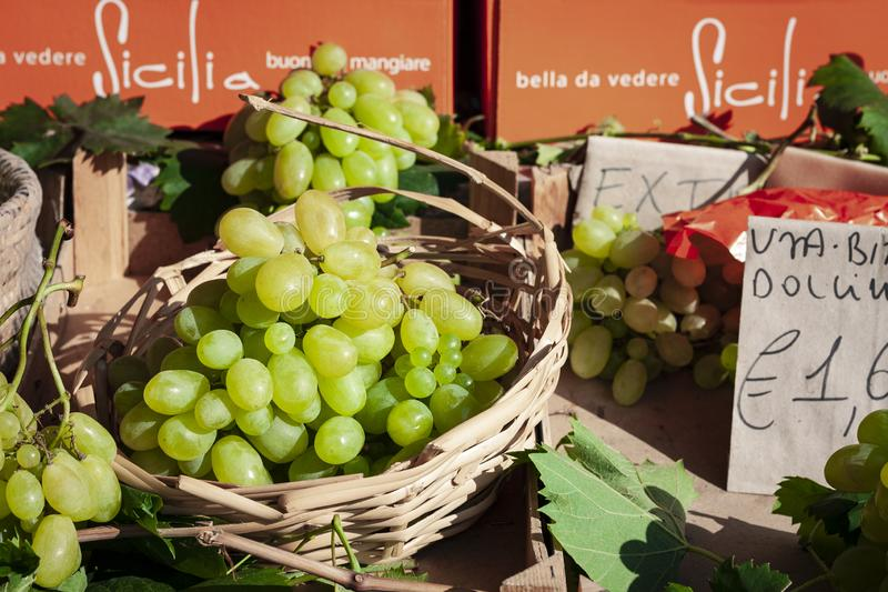 Uvas verdes maduras en la mercado de la fruta, Catania, Sicilia, Italia imagen de archivo