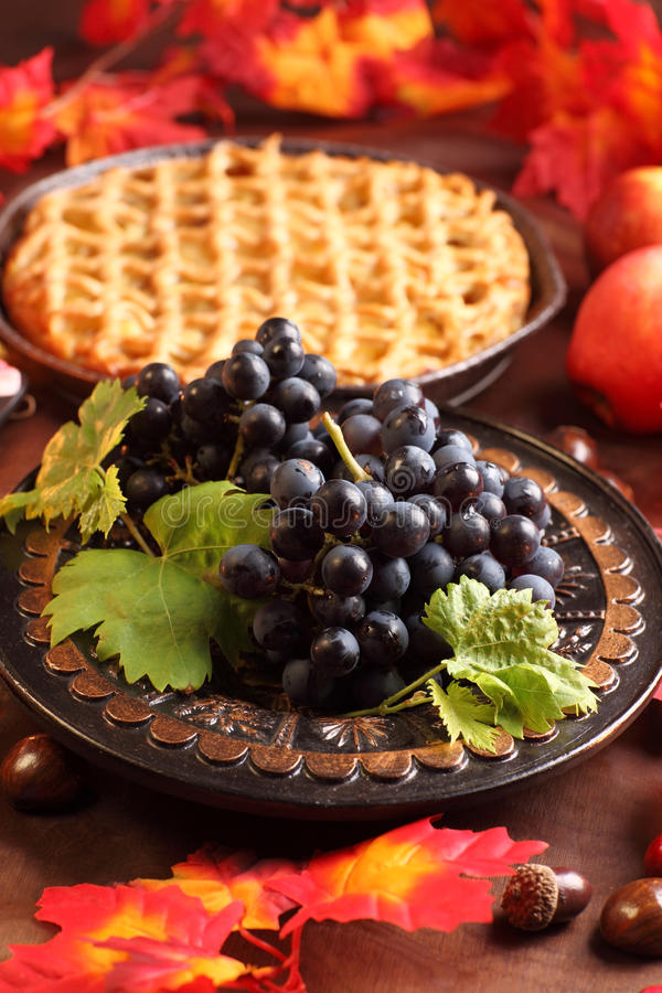 Uvas vermelhas e torta de maçã fotos de stock