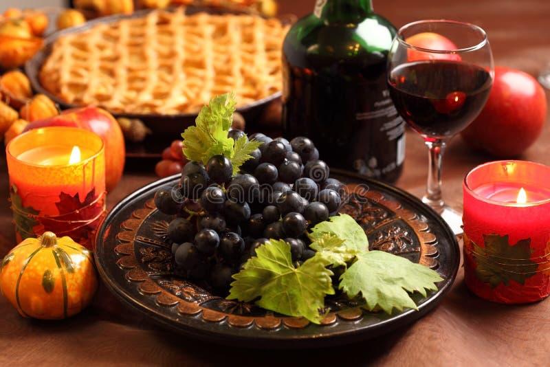 Uvas vermelhas e torta de maçã imagem de stock royalty free