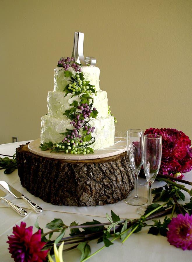 Uvas y vidrios blancos de la torta de boda fotos de archivo