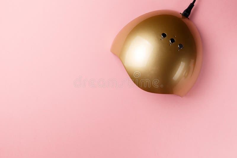 UVlampenlichter f?r N?gel auf rosa Hintergrund Beschneidungspfad eingeschlossen Flache Lage Kopieren Sie Platz minimales kreative stockbilder