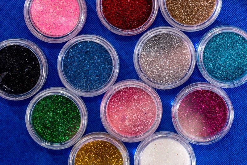 UVpulver-Staub für polnischen Nagel auf Blau lizenzfreie stockbilder