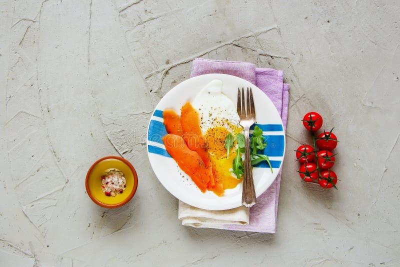 Uwędzeni łososiowi i smażący jajka zdjęcie royalty free