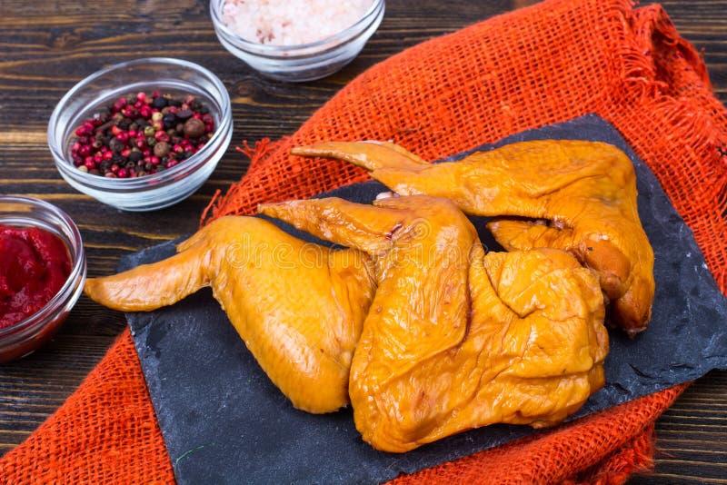 Uwędzeni kurczaków skrzydła z pikantność, zakąski obraz royalty free