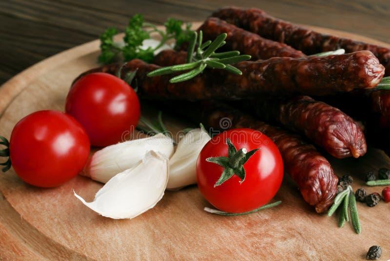 Uwędzona kiełbasa z rozmarynów i peppercorns pomidorami fotografia royalty free