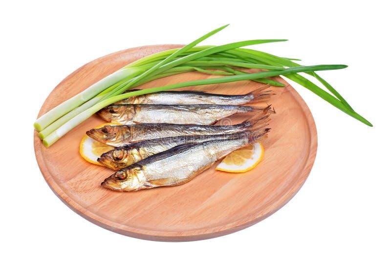 Uwędzona ryba i cebula odizolowywający na bielu obrazy stock