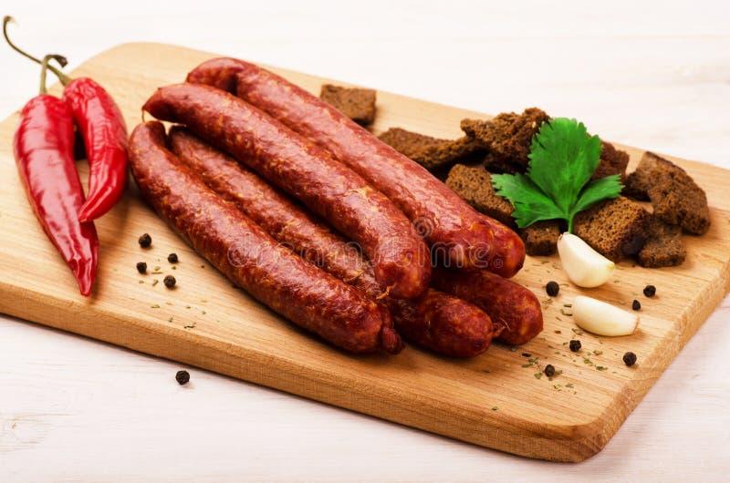Uwędzona salami kiełbasa z czosnkiem, croutons i gorącymi pieprzami, zdjęcie stock