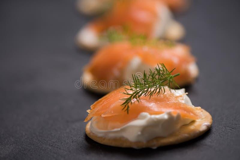 Uwędzone Łososiowe i miękkie chees canapes zakąski zdjęcie royalty free