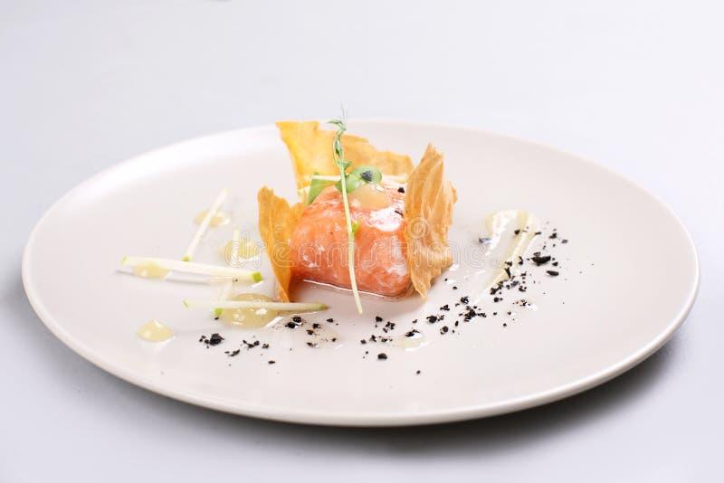 Uwędzony łosoś i kumberland gotujący cząsteczkowym gastronomy technic zdjęcie royalty free