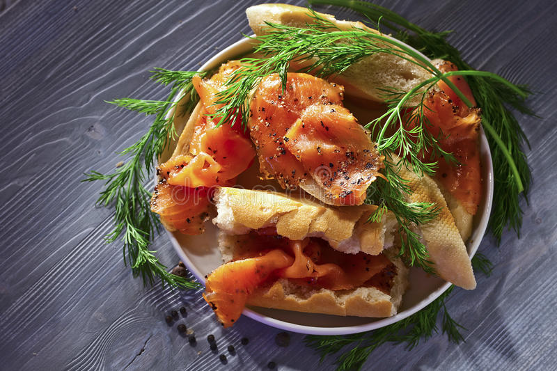 Download Uwędzony łosoś z chlebem zdjęcie stock. Obraz złożonej z surowy - 53793500