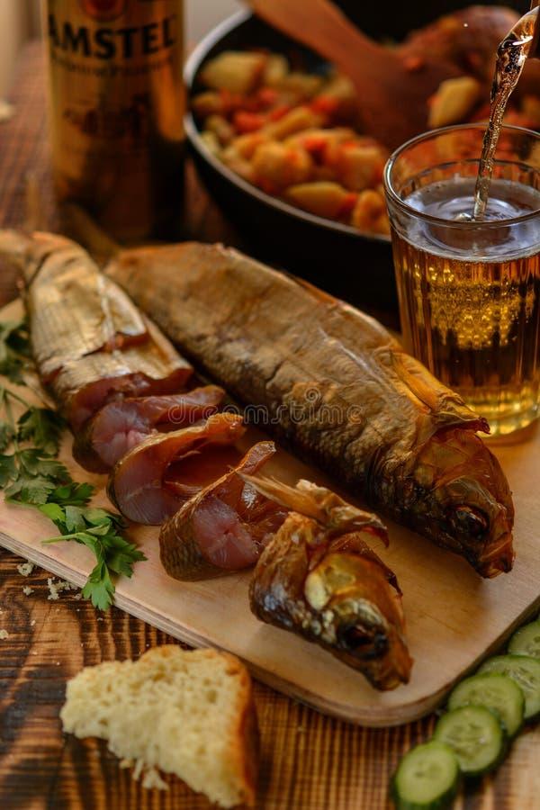 Uwędzony Baikal Omul na drewnianym stołowym whith szkło piwo Wieśniaka styl, żywność organiczna obrazy royalty free