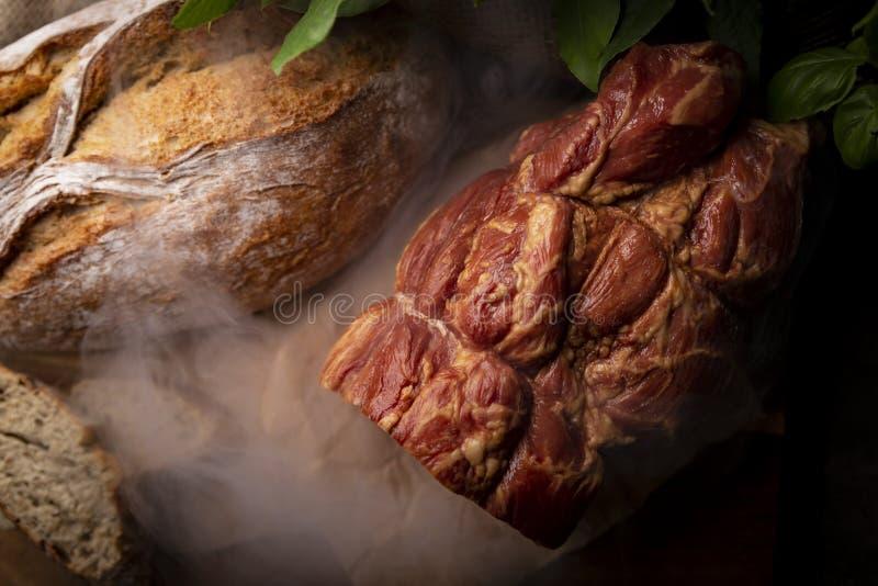 Uwędzony baleron Tradycyjny, homely uwędzony mięso, i domowej roboty chleb zdjęcie stock