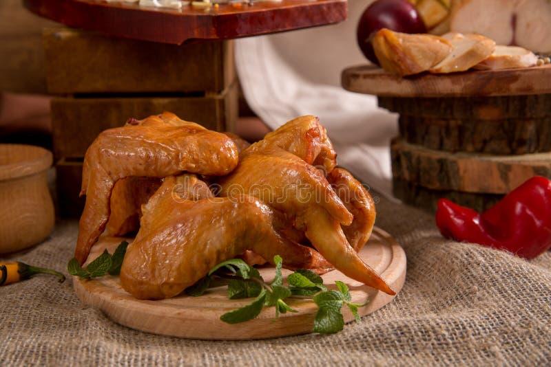 Uwędzony kurczak pokrajać na drewnianej tnącej desce zdjęcie stock