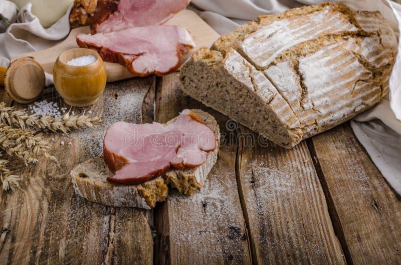 Uwędzony mięso na domowej roboty chlebie obraz royalty free