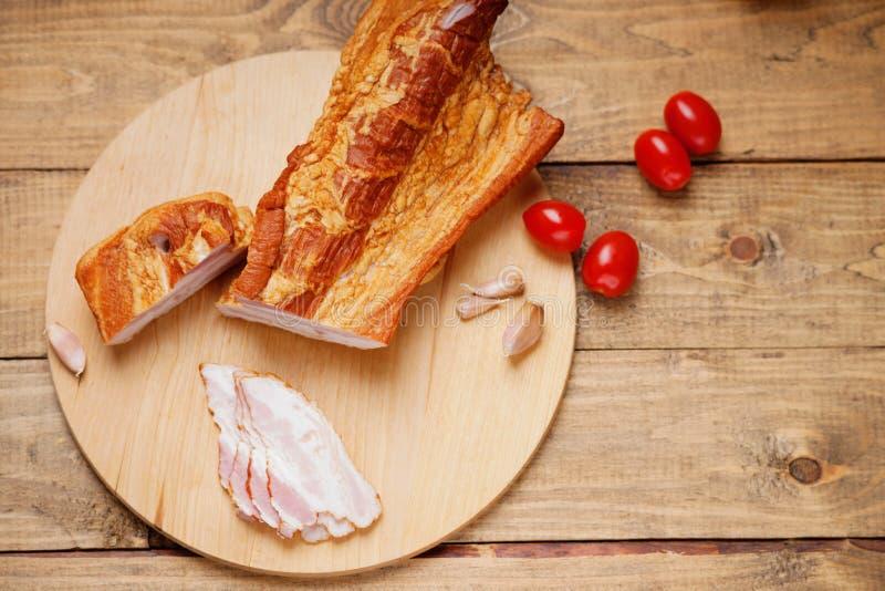 Uwędzony mięso, pomidory i czosnek, zdjęcia stock