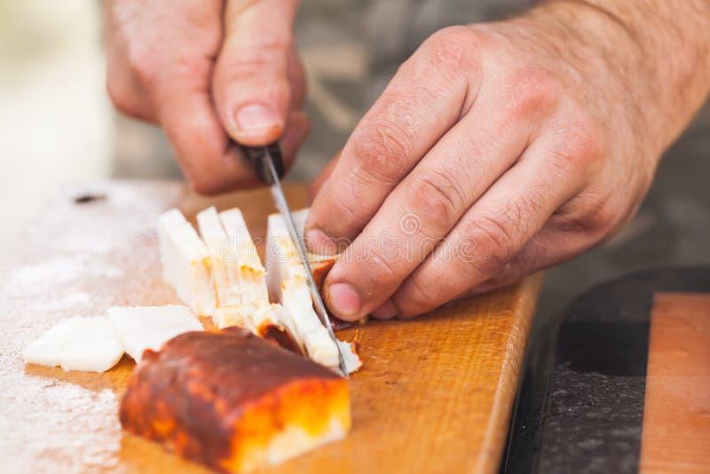 Uwędzony okrasy przecinanie na drewnianej desce zdjęcie royalty free