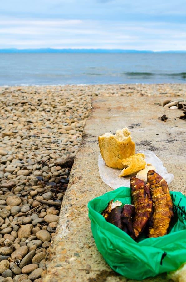 Uwędzony rybi Omul i bochenek chleb zdjęcie stock