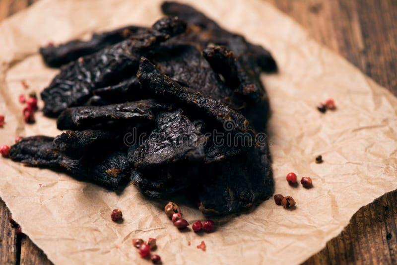 Uwędzony wołowiny jerky dalej na stole fotografia stock