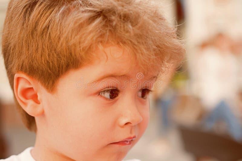 Uw behoeften van het childshaar Weinig kind met modieus kapsel Weinig kind met kort kapsel Kleine jongen met blond haar stock afbeelding