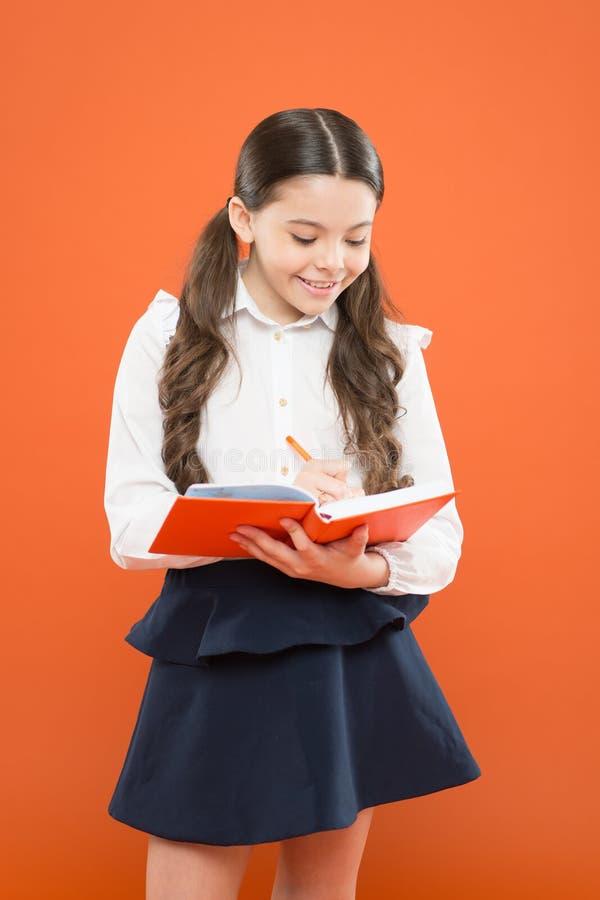 Uw carri?reweg begint hier Kind dat Thuiswerk doet Schrijf poging of nota's Inspiratie voor studie Terug naar School stock fotografie