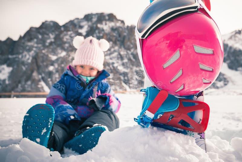 Uw gelukkig jong geitje heeft ski of snowboard les op alpiene school stock foto's