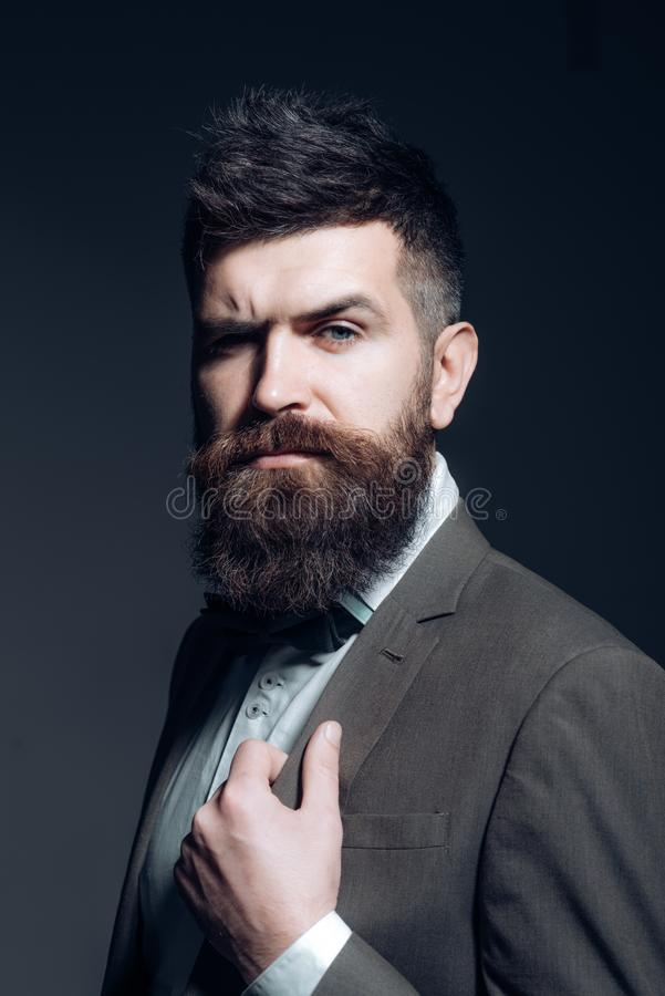 Uw kapper kent altijd alles die gaat zaken zoals gebruikelijk Gebaarde mens na kapperswinkel Mens met lange baard royalty-vrije stock foto