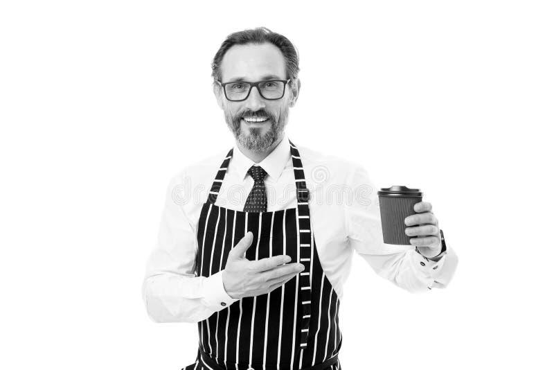 Uw koffie om te gaan Barista in schort gediende koffie Het concept van de koffiewinkel De rijpe drank van de kerelgreep Probeer h stock afbeelding