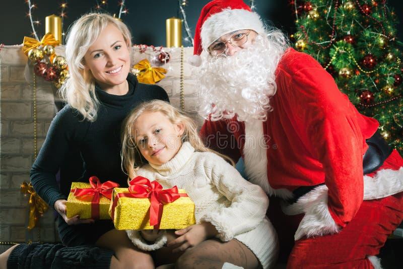 Uw mamma en papa houden van u Vader gekleed Kerstmankostuum royalty-vrije stock foto's