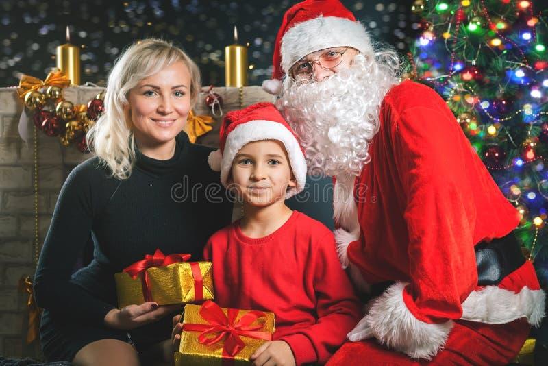 Uw moeder en papa houden van u Vader gekleed Kerstmankostuum stock afbeeldingen