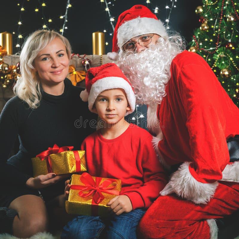 Uw moeder en papa houden van u Vader gekleed Kerstmankostuum stock afbeelding