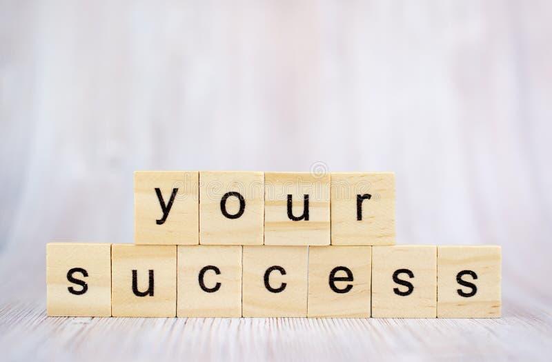 Uw succeswoord van houten blokken op bureau Concept succesvol in zaken stock foto