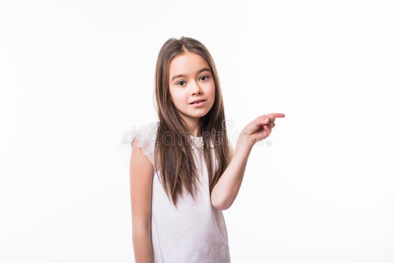 Uw Tekst hier Mooi meisje die die exemplaarruimte richten op witte achtergrond wordt geïsoleerd stock fotografie
