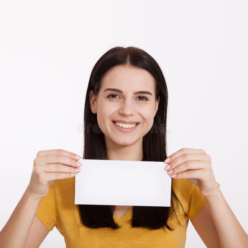 Uw Tekst hier Vrij jonge vrouw die lege lege raad houden Het portret van de studio op witte achtergrond Model voor ontwerp stock foto's