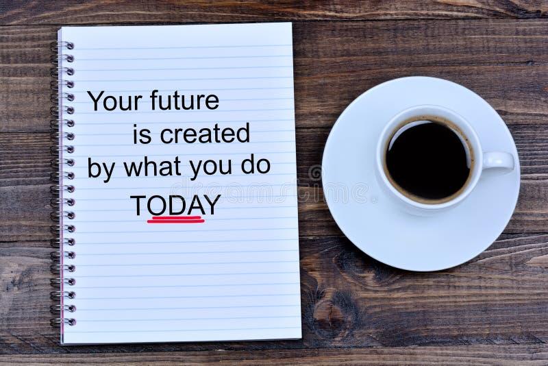 Uw toekomst wordt gecreeerd door wat u vandaag tekst op notitieboekje doet royalty-vrije stock foto