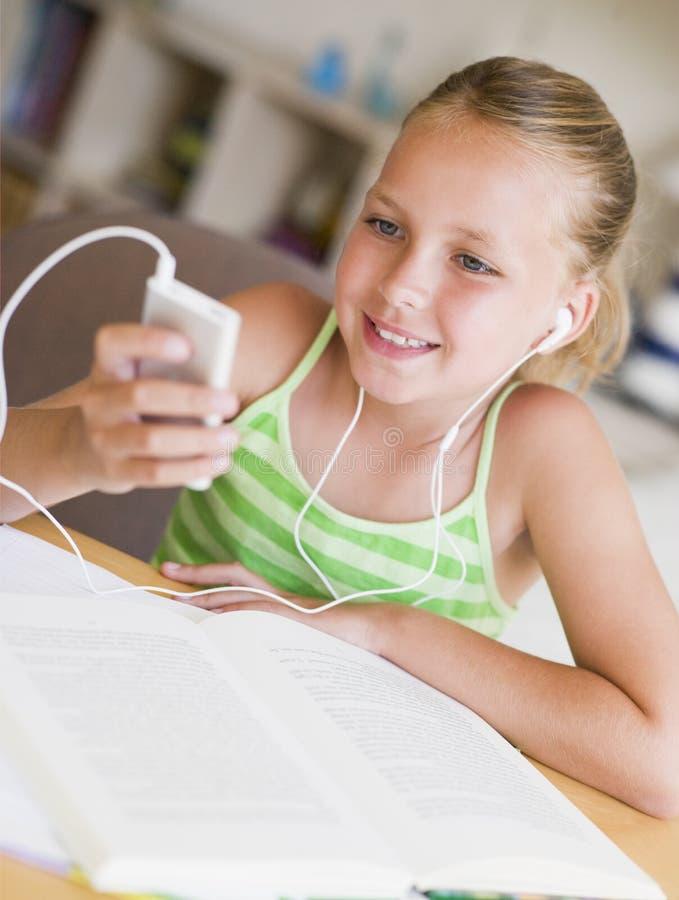 uwagę rozproszona dziewczyna jej prac domowych young zdjęcie royalty free