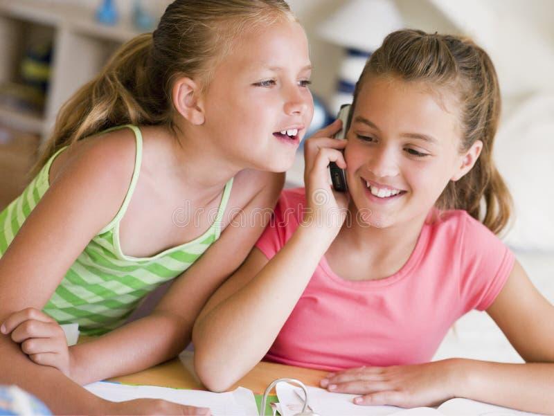 uwagę rozproszona dziewczyny praca domowa ich potomstwo fotografia royalty free